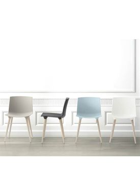 Andersen Furniture - Stol - Tac Chair Plast - Isblå/Sort