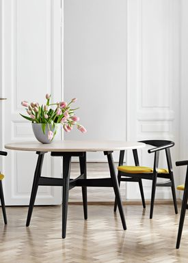 Getama - Table - GE526 / U-table / Dining Table by Hans J. Wegner - Oak veneered table top / Frame in painted Beech