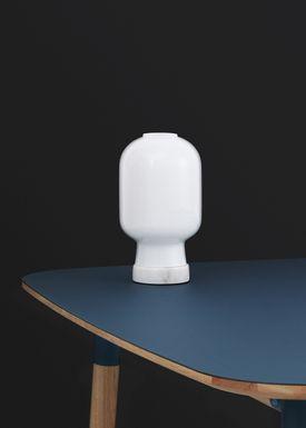 Normann Copenhagen - Lampe - Amp Table Lamp - Opal hvid/hvid Marmor