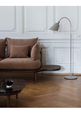 &tradition - Gulvlampe - Bellevue / AJ7 af Arne Jacobsen - Grå beige og messing