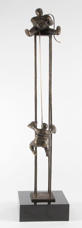 Skulptur - Ved fælles hjælp - Bronzepatineret, af Saga Jon
