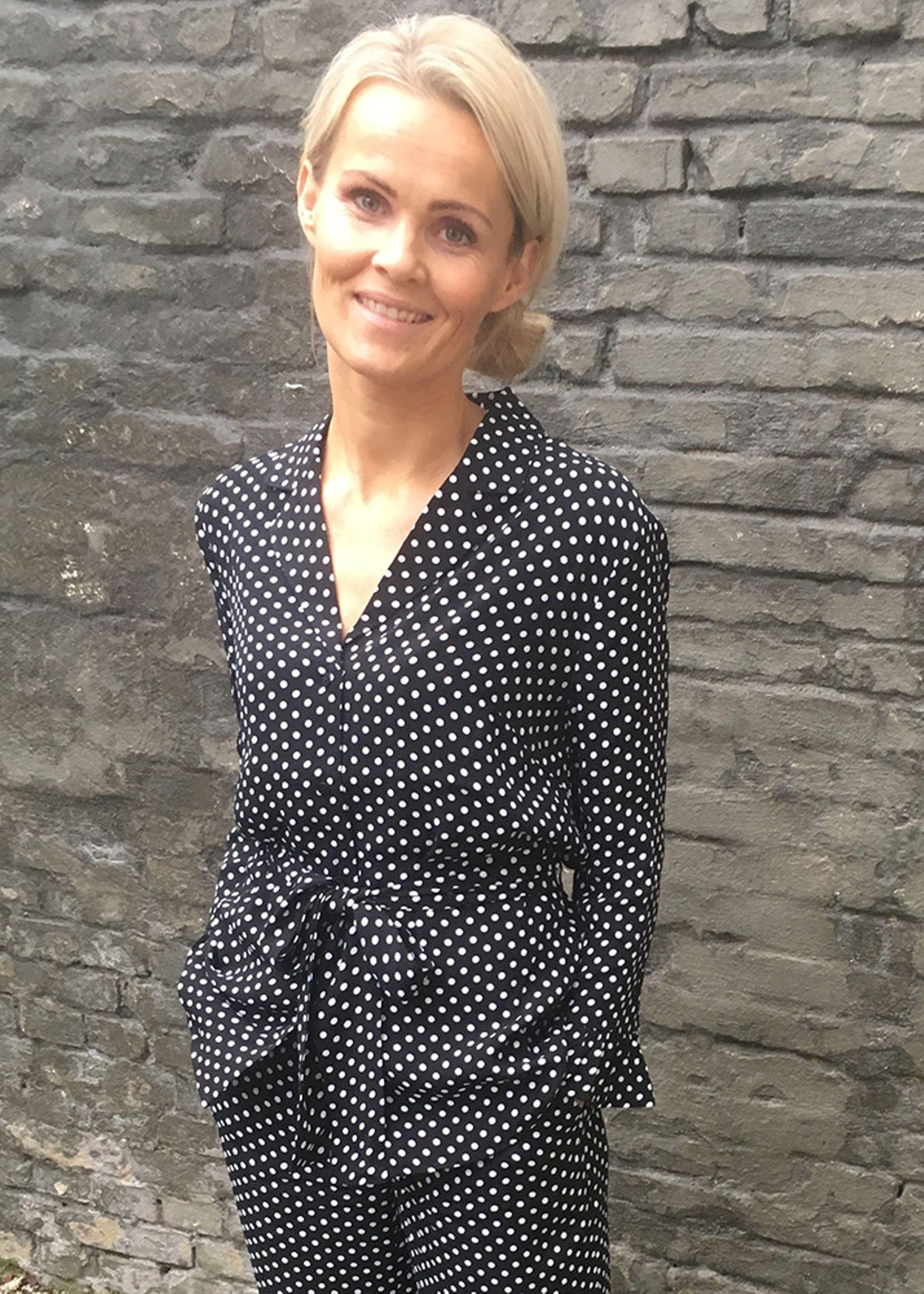 475b28c435d EMILY skjorte med bindebånd fra RÈSUMÈ | Sort med hvide prikker